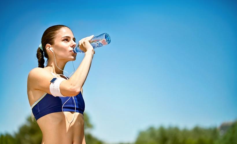 Waarom val ik niet af - Sporter drinkt water 1