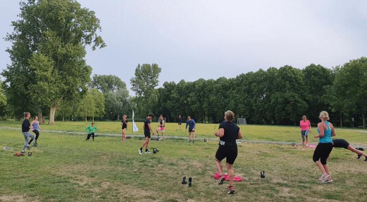 sporten voor jong en oud - Indebuurt Haarlem foto van een BuitenFit Haarlem kettlebell training 1