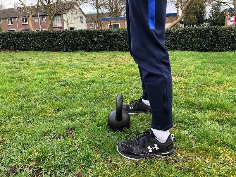 DE kettlebell swings handleiding van A tot Z - 2 voeten op de kettlebell